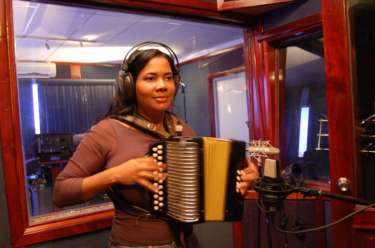 La India Canela in the studio. Photo by Daniel Sheehy, Smithsonian Institution, 2007.